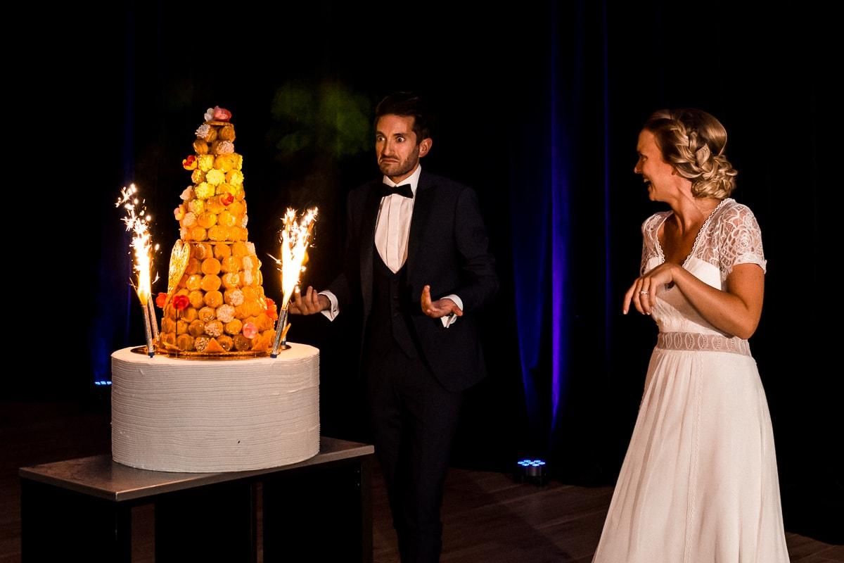 Soirée de mariage au Château Des Pères, l'arrivée de la pièce montée