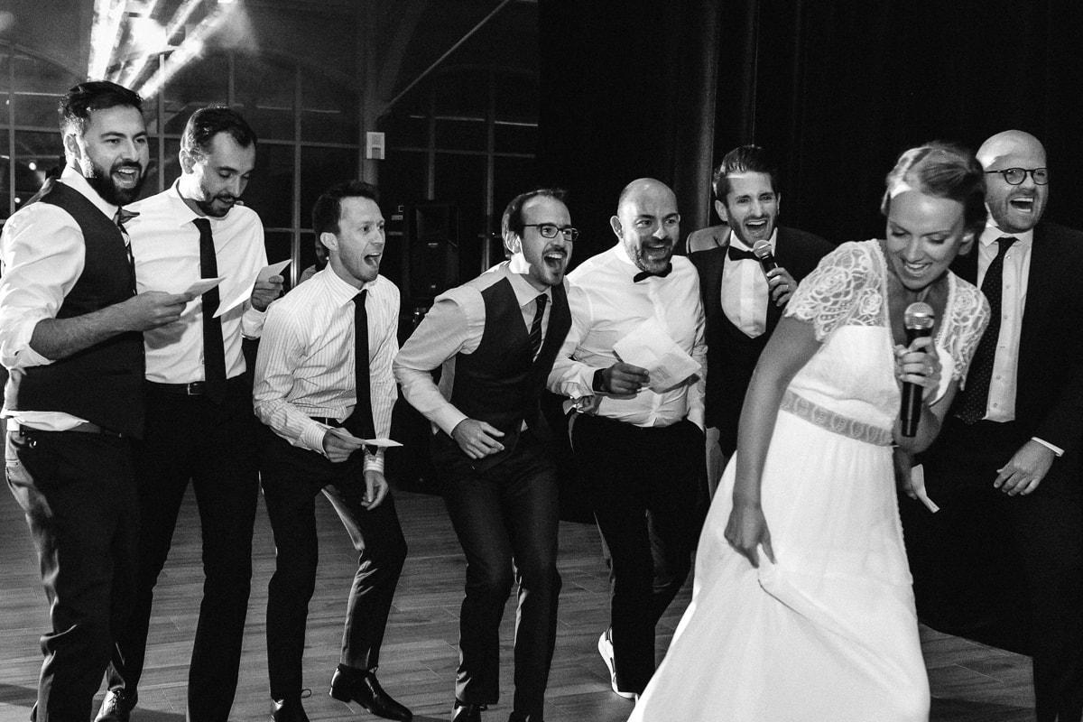 Soirée de mariage au Château Des Pères, la mariée danse et le mariée chante avec ses témoins