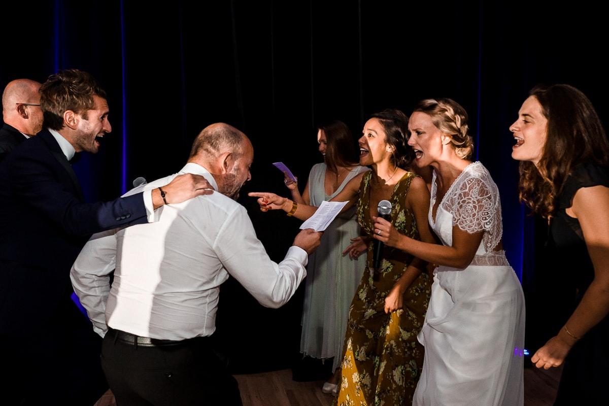 Soirée de mariage au Château Des Pères, les mariés et leurs témoins chantent