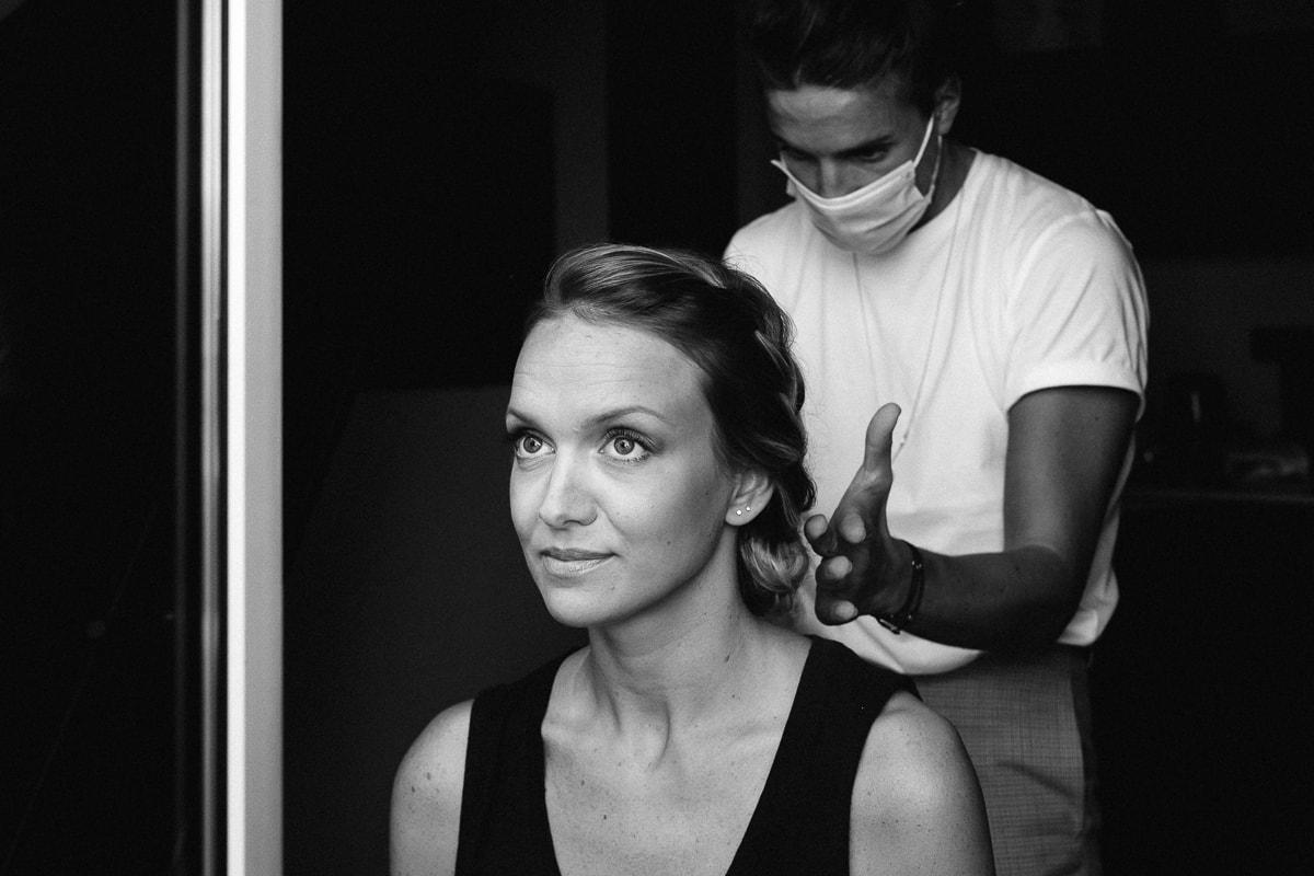 Préparatifs de mariées, le coiffeur termine son travail. Reportage de mariage à Rennes