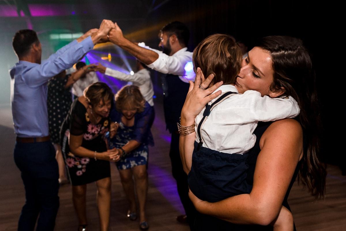 reportage de mariage à Rennes maman embrassant son fils sur le piste de danse