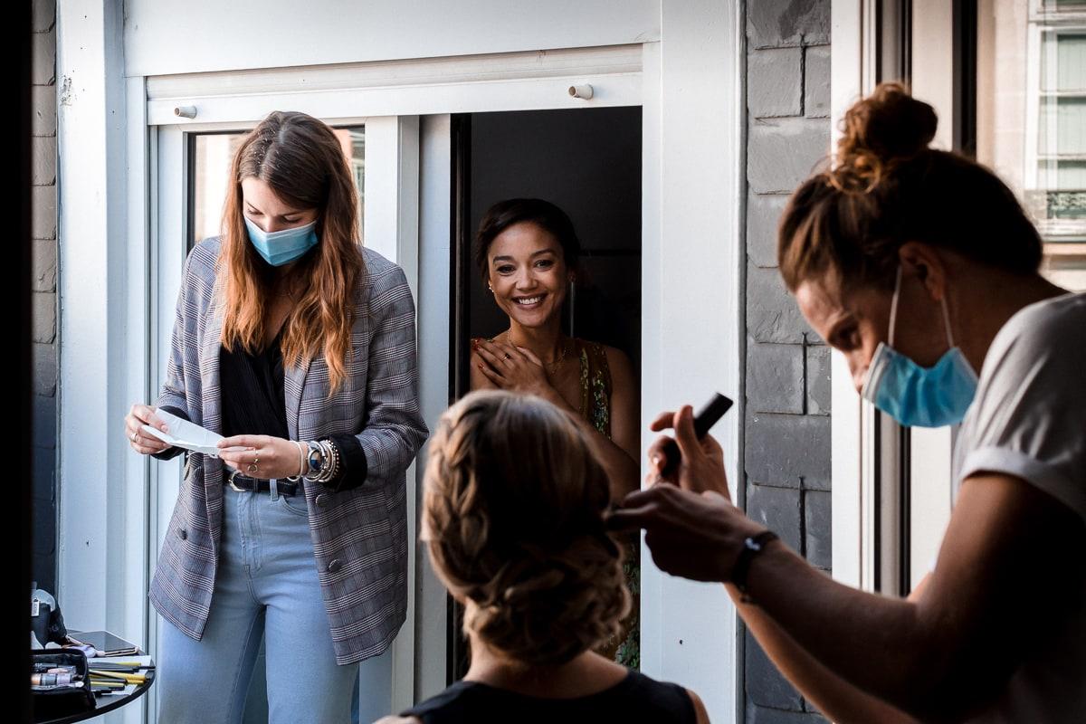 Reportage de mariage dans le centre de Rennes, la mariée se préparent avec ses témoins