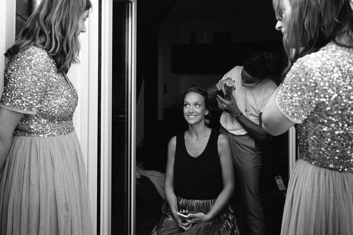 Reportage de mariage dans le centre de Rennes, la mariée se préparent avec ses demoiselles d'honneur