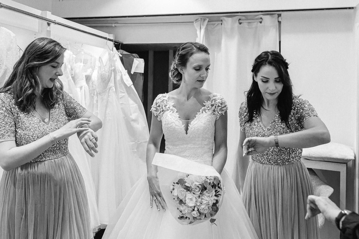 Reportage de mariage, il est temps de partir se marier. la mariée avec ses témoins.