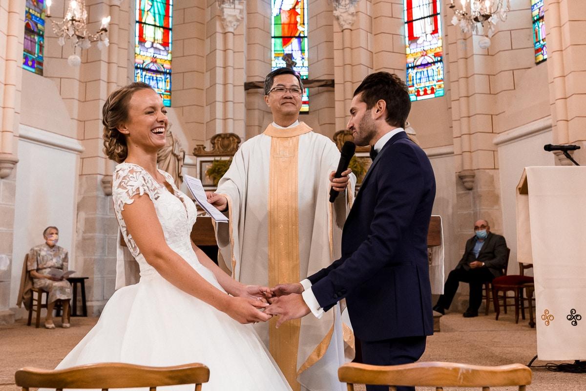 reportage de mariage à Rennes, échange des voeux et fou rires