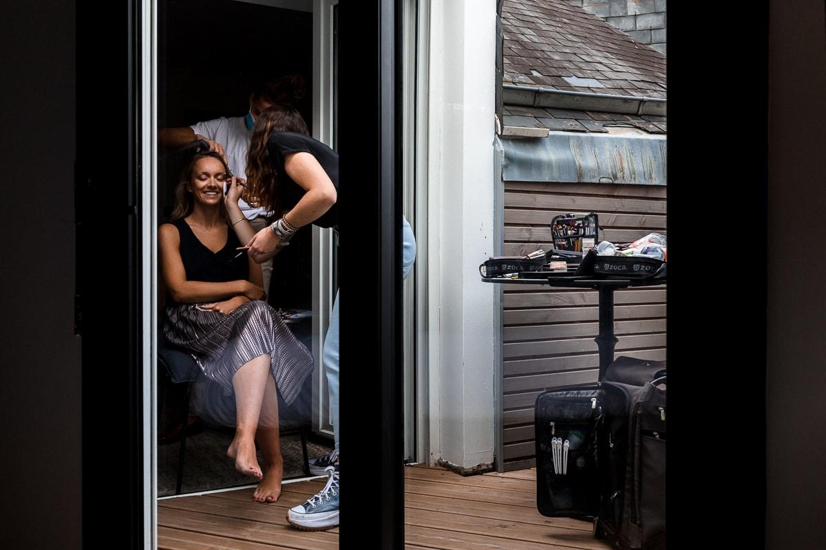 Une jolie mariée en plein préparatifs sur une terrasse du centre ville de Rennes