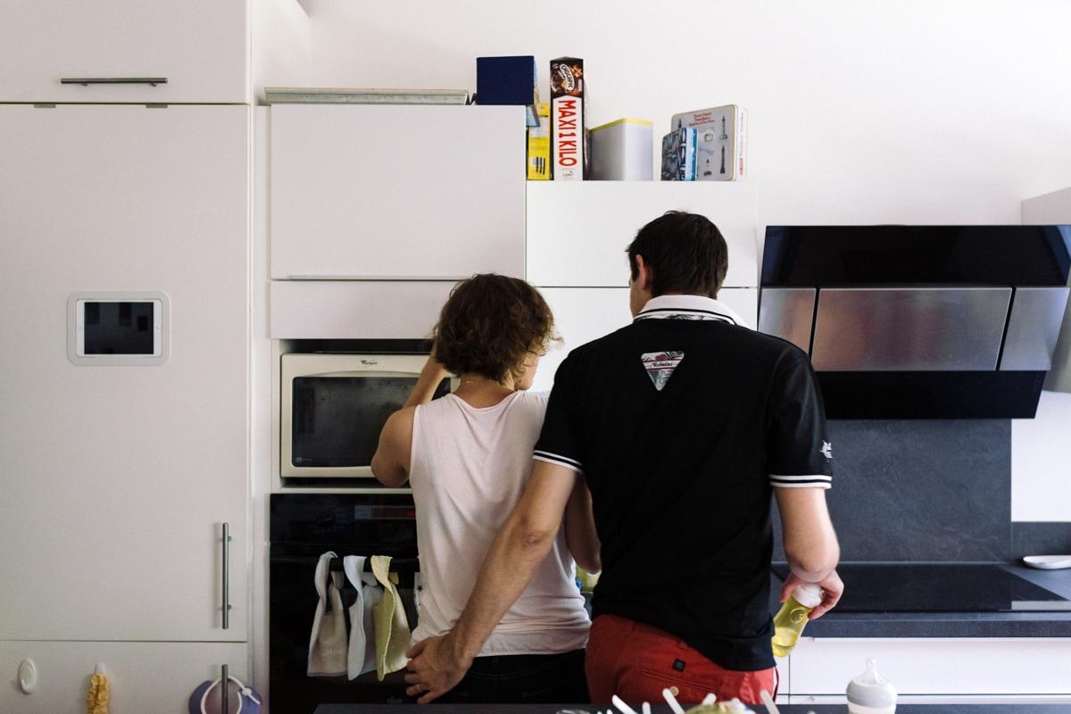 reportage à la maison photo de famille à Rueil Malmaison (92) parents dans la cuisine
