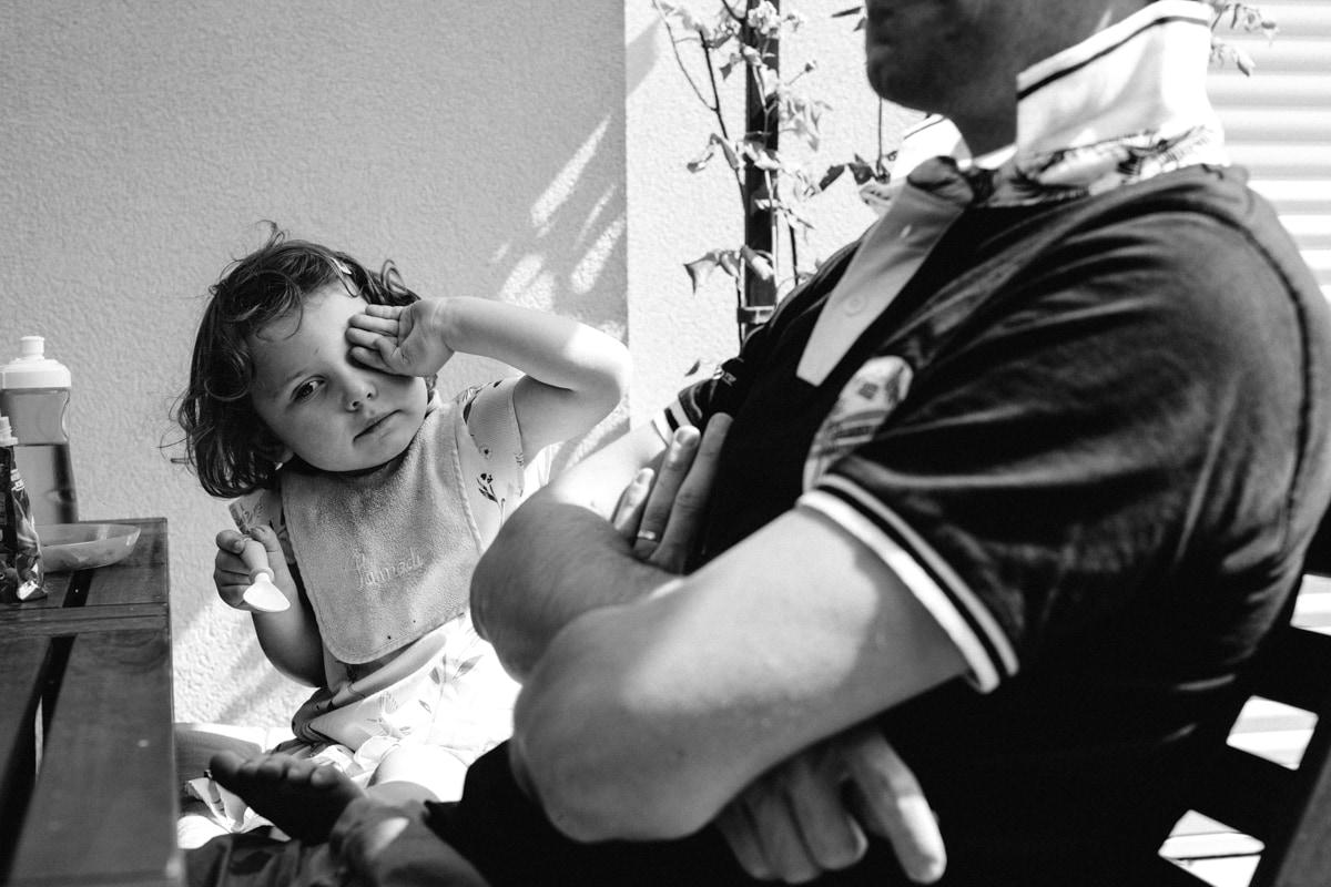 reportage à la maison photo de famille à Rueil Malmaison (92) petite fille se frotte les yeux