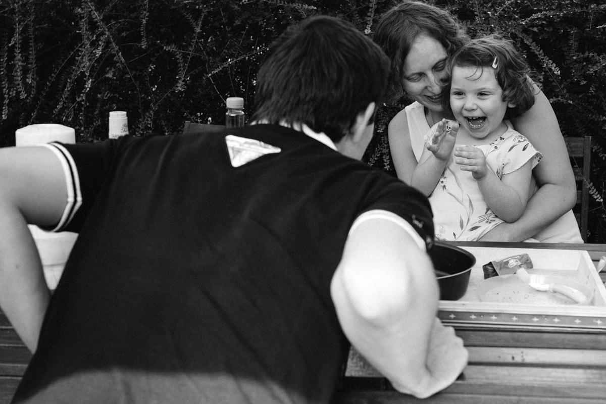 reportage à la maison photo de famille à Rueil Malmaison (92) rire avec papa et maman