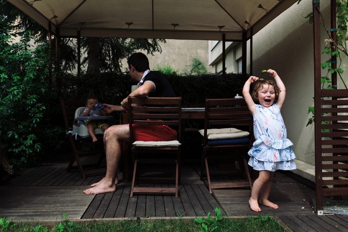 reportage à la maison photo de famille à Rueil Malmaison (92) rire sur la terrasse