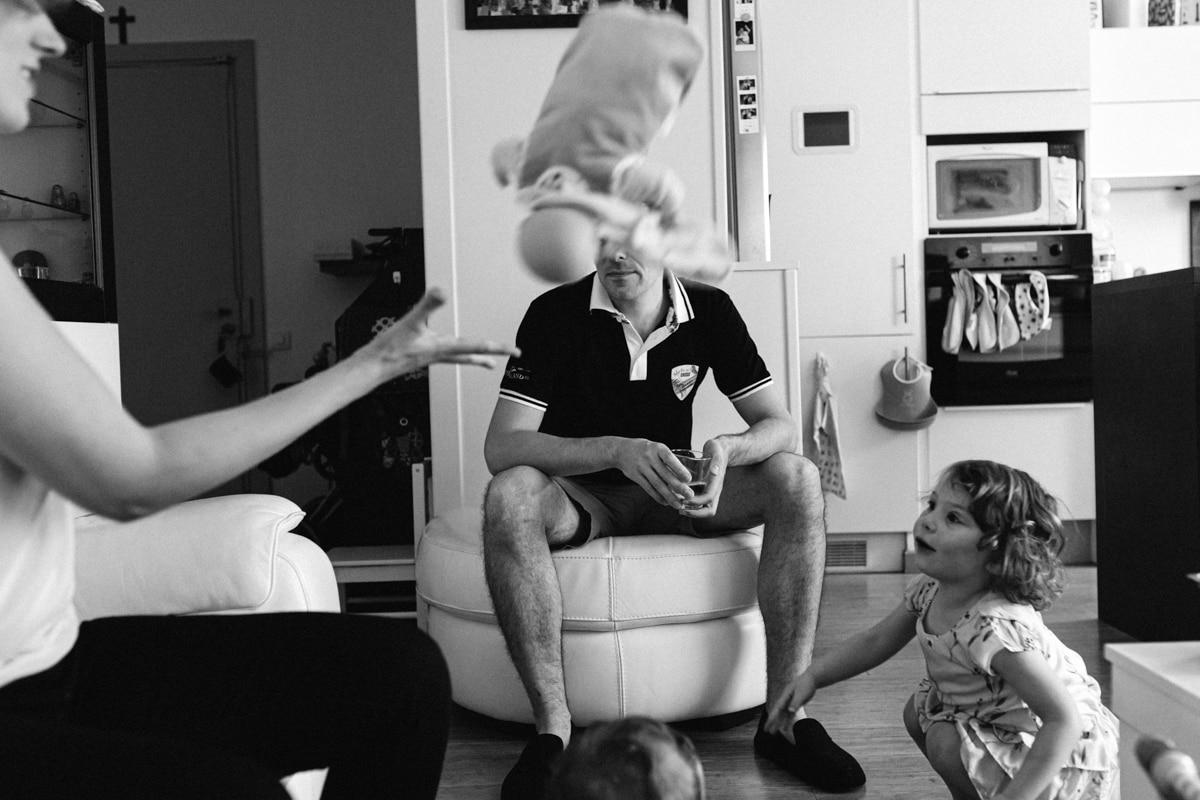 reportage à la maison photo de famille à Rueil Malmaison (92) doudou en l'air