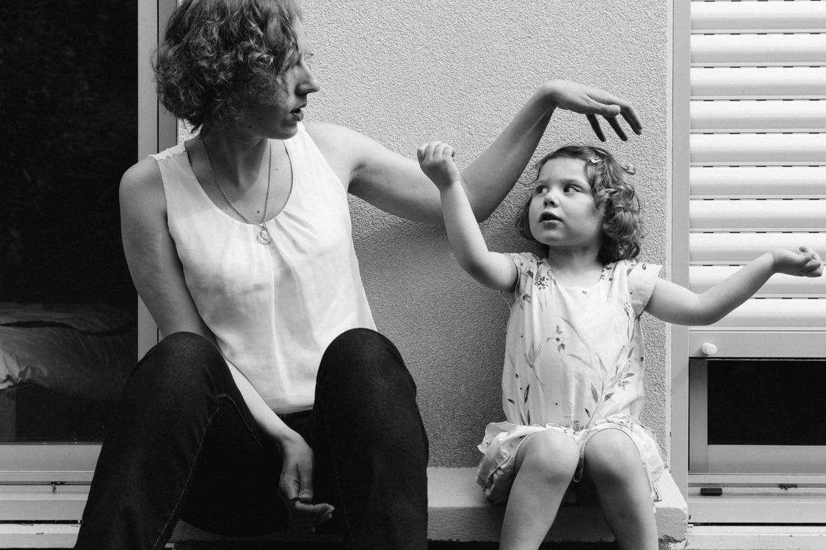 reportage à la maison photo de famille à Rueil Malmaison (92) discussion avec maman