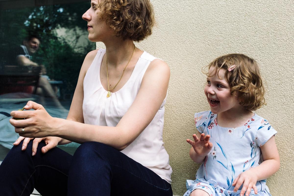 reportage à la maison photo de famille à Rueil Malmaison (92) comptine avec maman