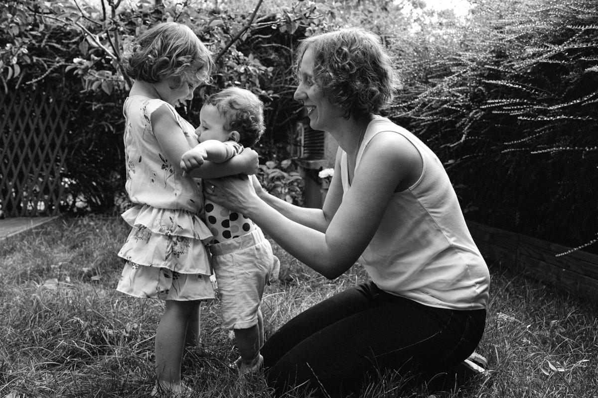reportage à la maison photo de famille à Rueil Malmaison (92) grande sœur et petit frère
