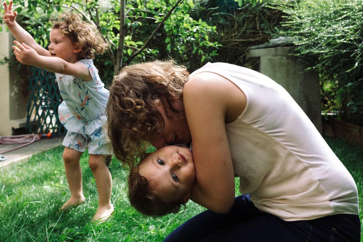 reportage à la maison photo de famille à Rueil Malmaison (92) câlin et sauts dans le jardin