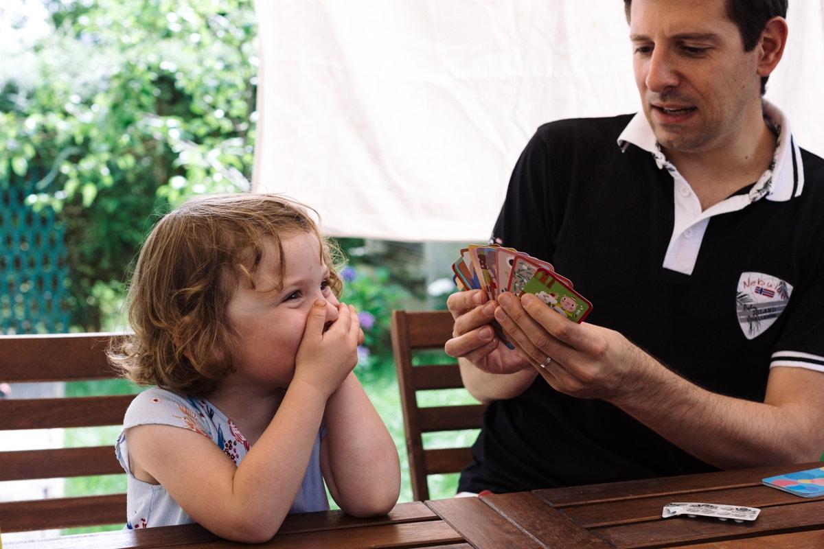 reportage à la maison photo de famille à Rueil Malmaison (92) cartes avec papa