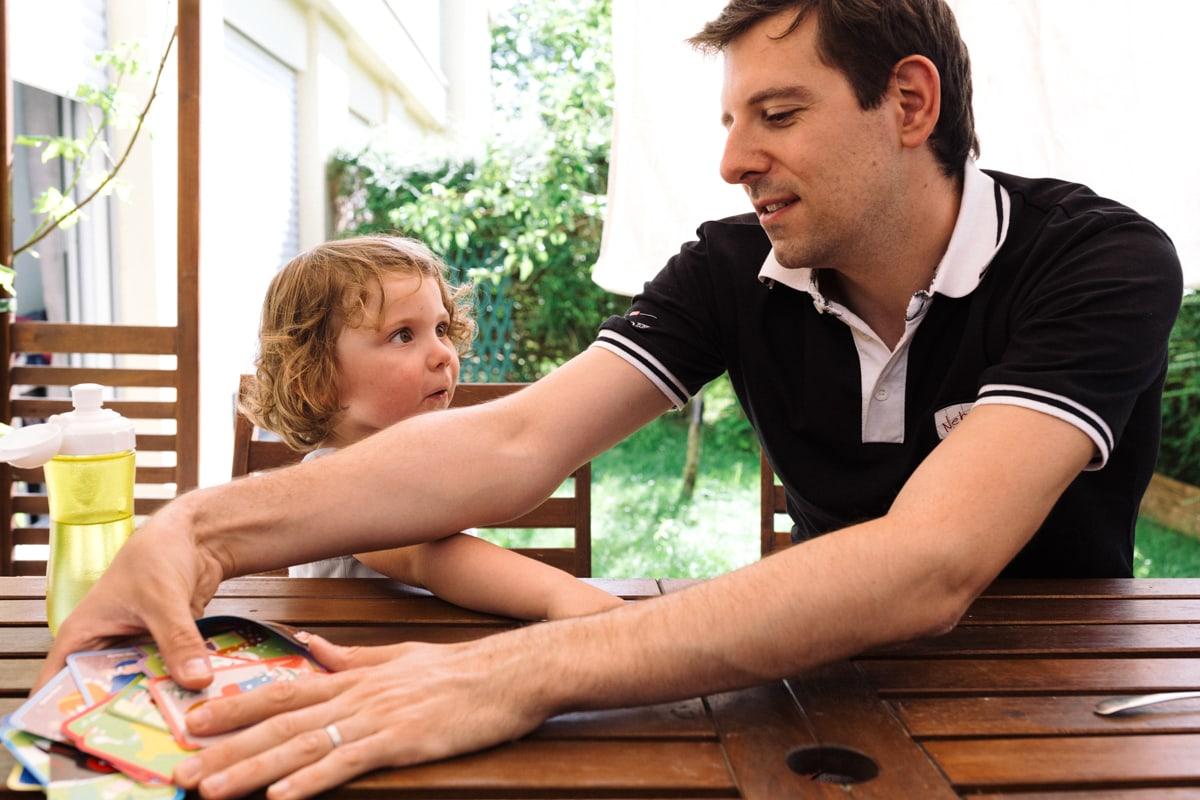 reportage à la maison photo de famille à Rueil Malmaison (92) fin du jeux de cartes