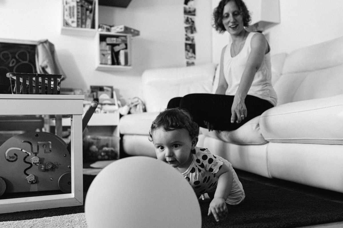 reportage à la maison photo de famille à Rueil Malmaison (92) bébé a quatre pattes pour la première fois