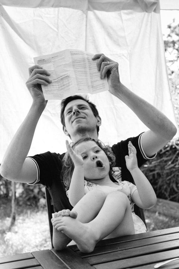 reportage à la maison photo de famille à Rueil Malmaison (92) sur les genoux de papa
