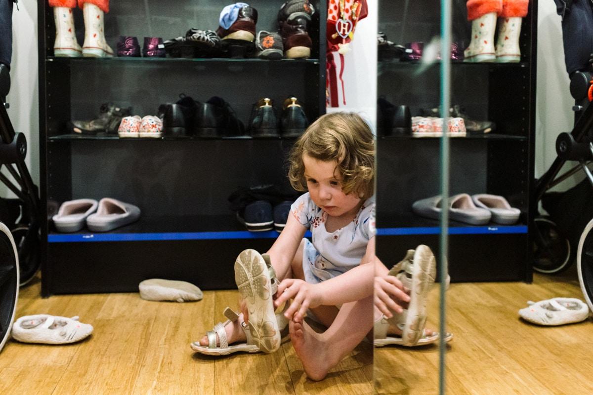 reportage à la maison photo de famille à Rueil Malmaison (92) petite fille mets ses chaussures