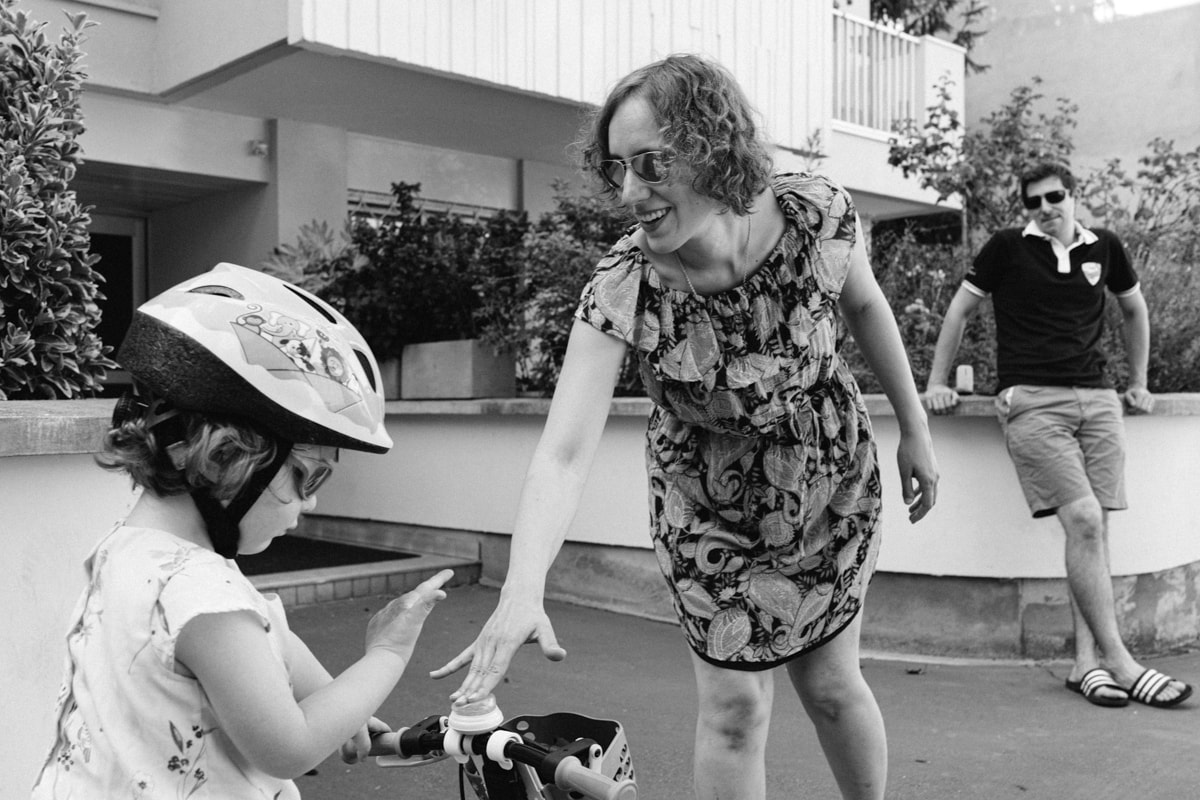 reportage à la maison photo de famille à Rueil Malmaison (92) on joue avec ma sonnette du vélo