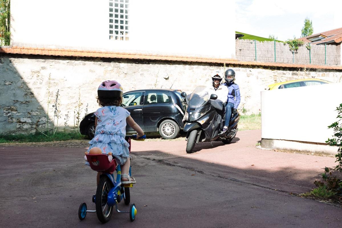 reportage à la maison photo de famille à Rueil Malmaison (92) arrivée d'une moto