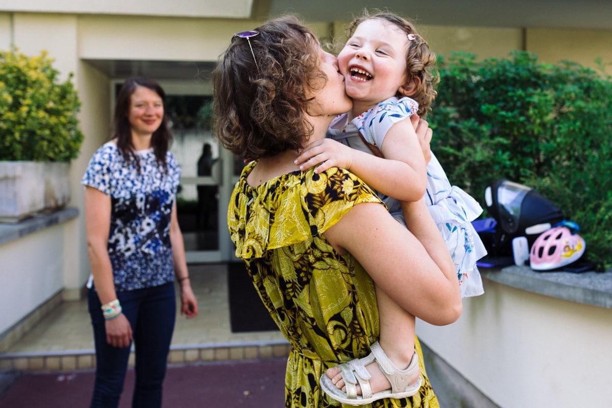 reportage à la maison photo de famille à Rueil Malmaison (92) sauter dans les bras de maman