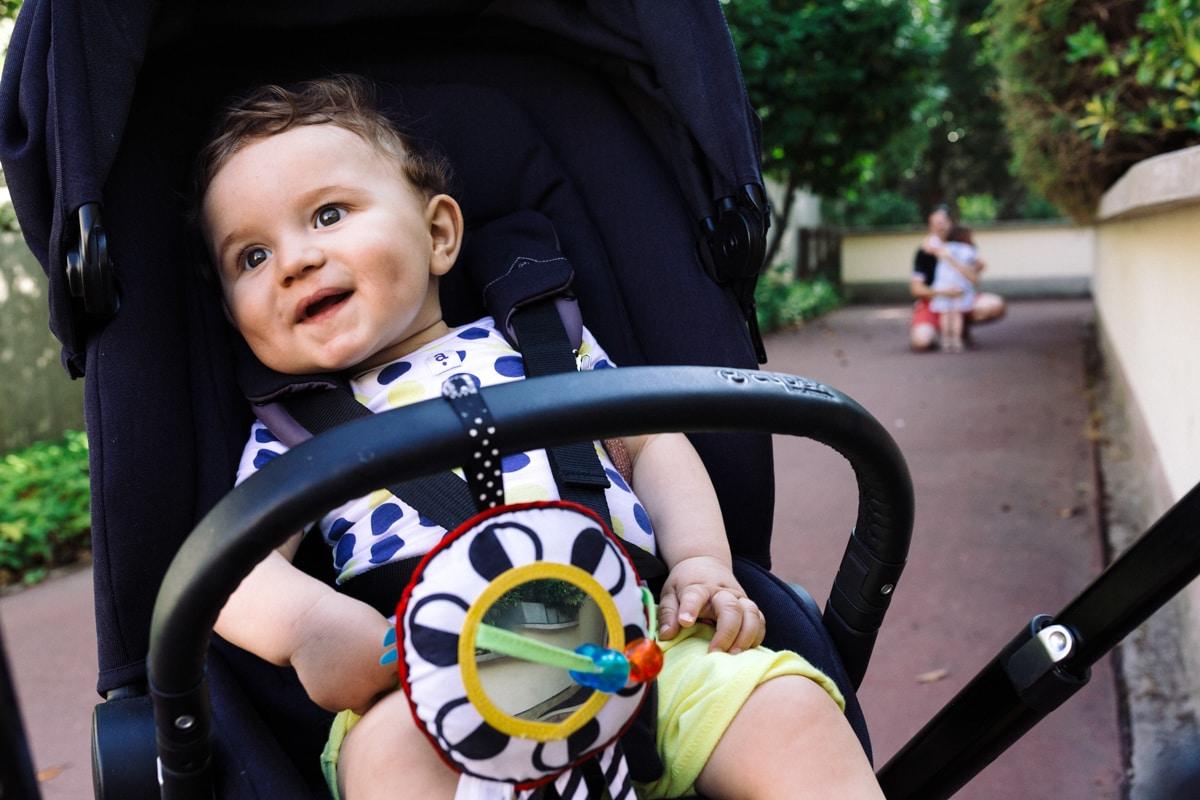 reportage à la maison photo de famille à Rueil Malmaison (92) bébé dans sa poussette