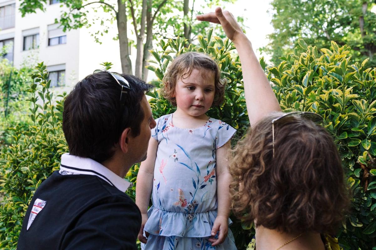 reportage à la maison photo de famille à Rueil Malmaison (92) la taille d'une petite fille