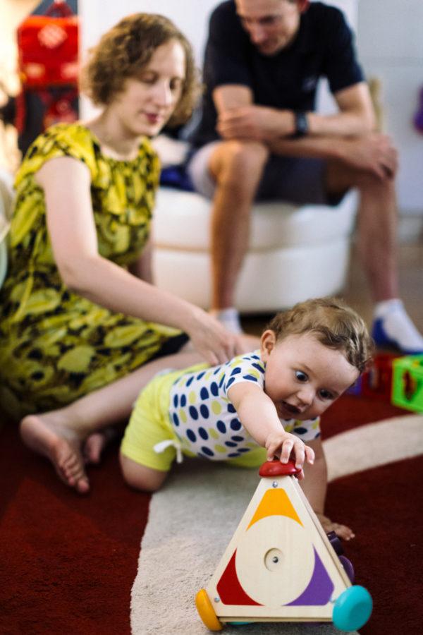 reportage à la maison photo de famille à Rueil Malmaison (92) bébé joue avec triangles