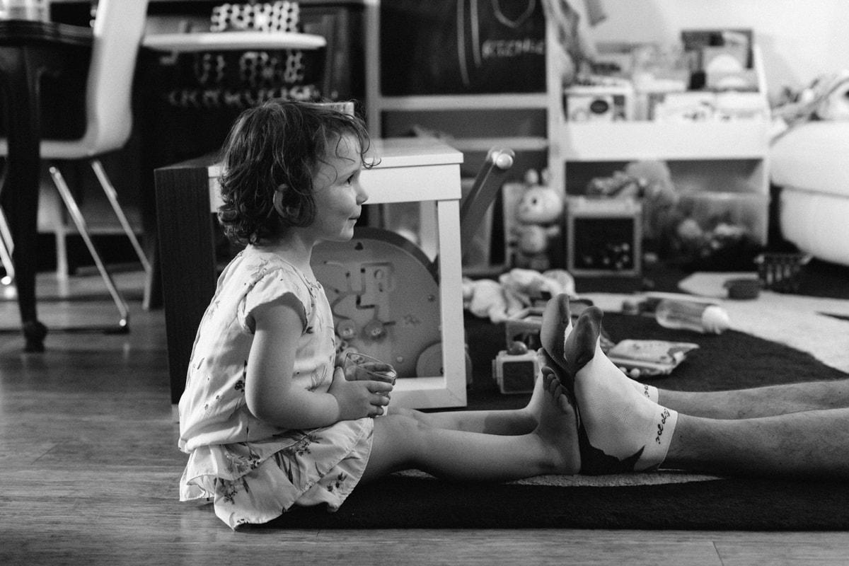 reportage à la maison photo de famille à Rueil Malmaison (92) petite fille pied contre pied