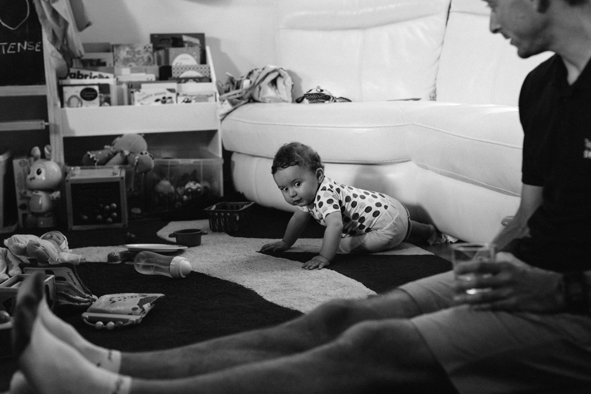 reportage à la maison photo de famille à Rueil Malmaison (92) bébé a quatre pattes