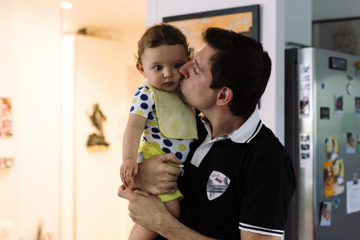 reportage à la maison photo de famille à Rueil Malmaison (92) - bébé et son papa