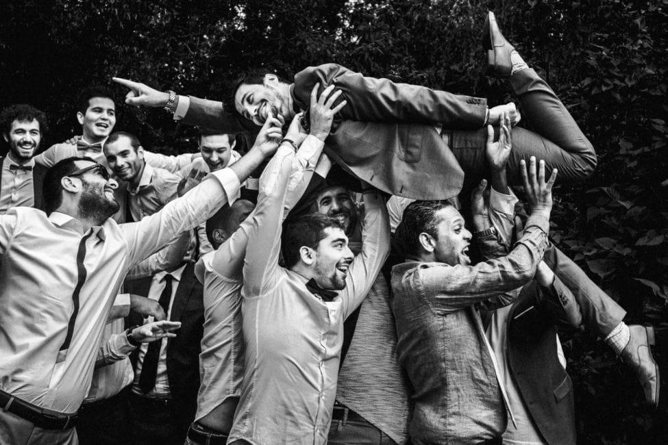 marié porté par ses copains reportage de mariage