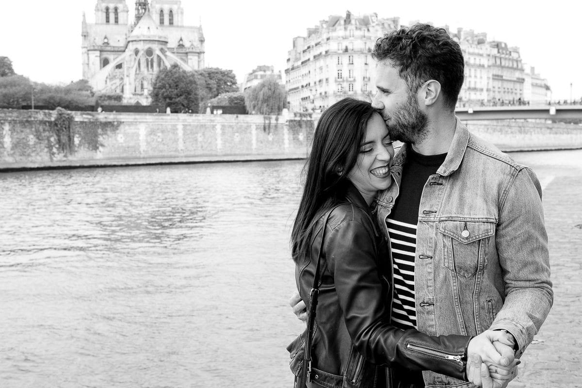 séance d'engagement couple sur les bords de seine au printemps par la photographe de mariage à Paris Ernestine et sa famille