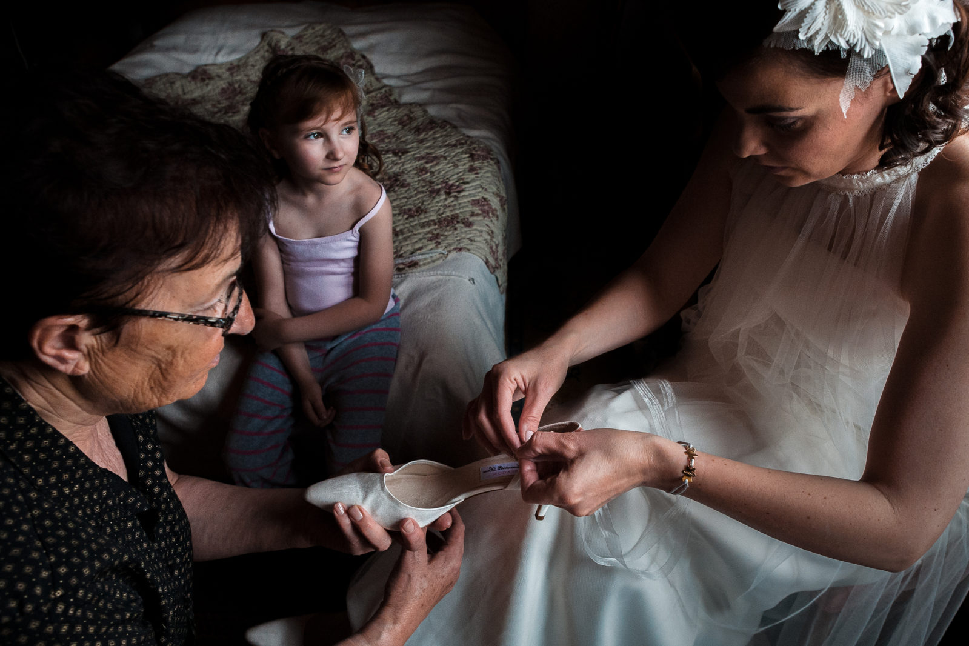 Trois génération se préparent pour le mariage par Ernestine et sa famille photographe de mariage à l'approche reportage