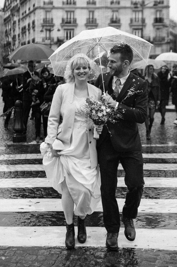mariés sous la pluie par Ernestine et sa famille photographe de mariage à l'approche reportage