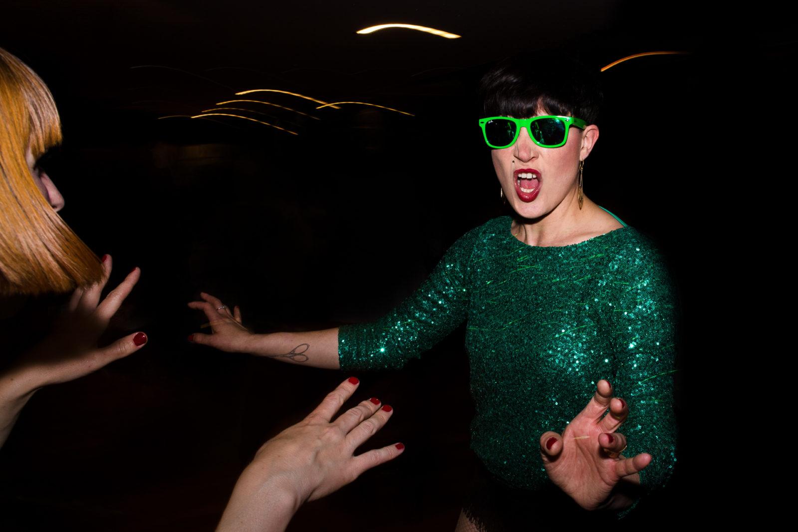Danseuse avec lunette verte soirée de mariage à Boulogne Ernestine et sa famille photographe de mariage à l'approche reportage