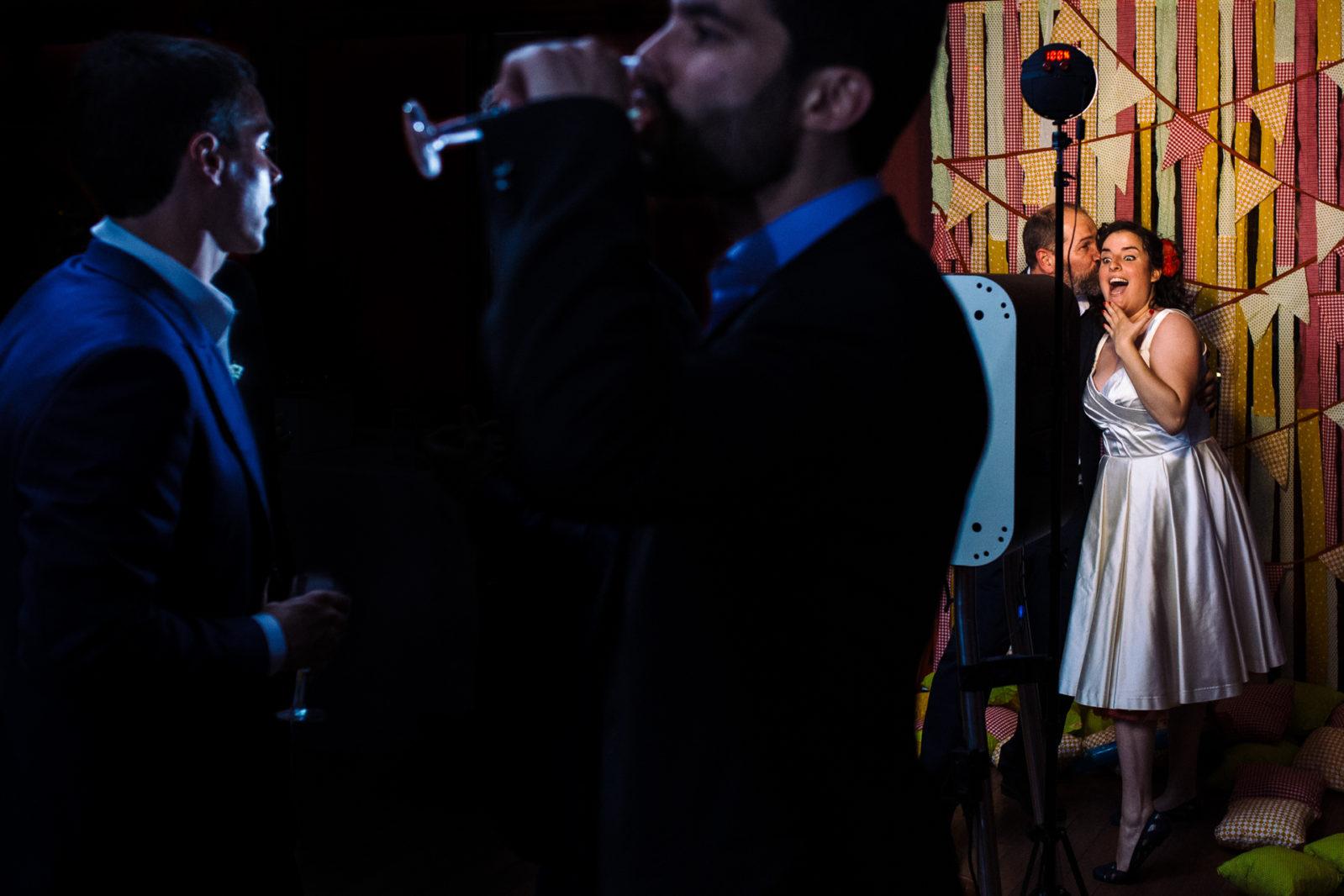 La mariée au photobooth par Ernestine et sa famille photographe de mariage à l'approche reportage