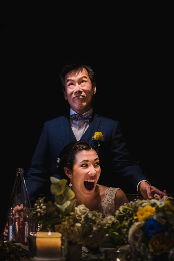 photo des mariés pendant les discours de témoins. Mariage aux Bonnes joies. Ernestine et sa famille photographe de mariage à l'approche reportage