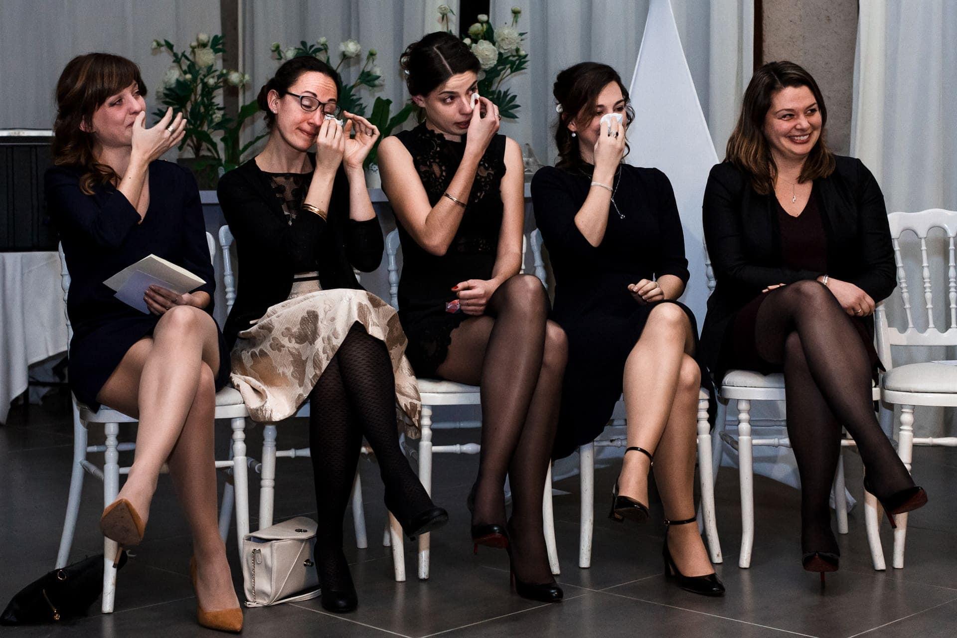 Emotion des témoins pendant la cérémonie laïque. Photo de mariage en hiver. Ernestine et sa famille photographe de mariage à l'approche reportage