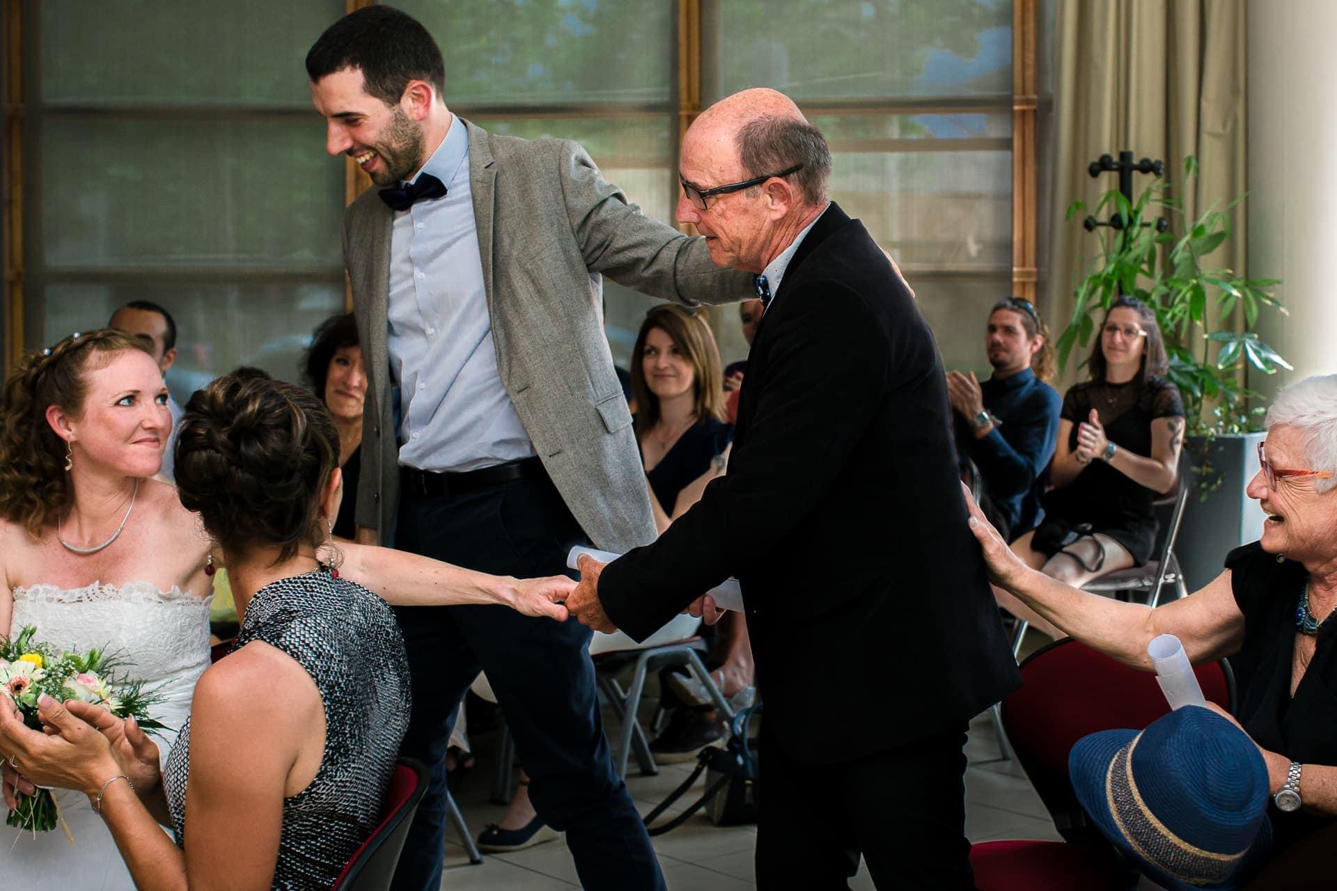 photos d'échanges de regards pendant le mariage à la mairie. Mariage dans le Vercors.Ernestine et sa famille photographe de mariage à l'approche reportage