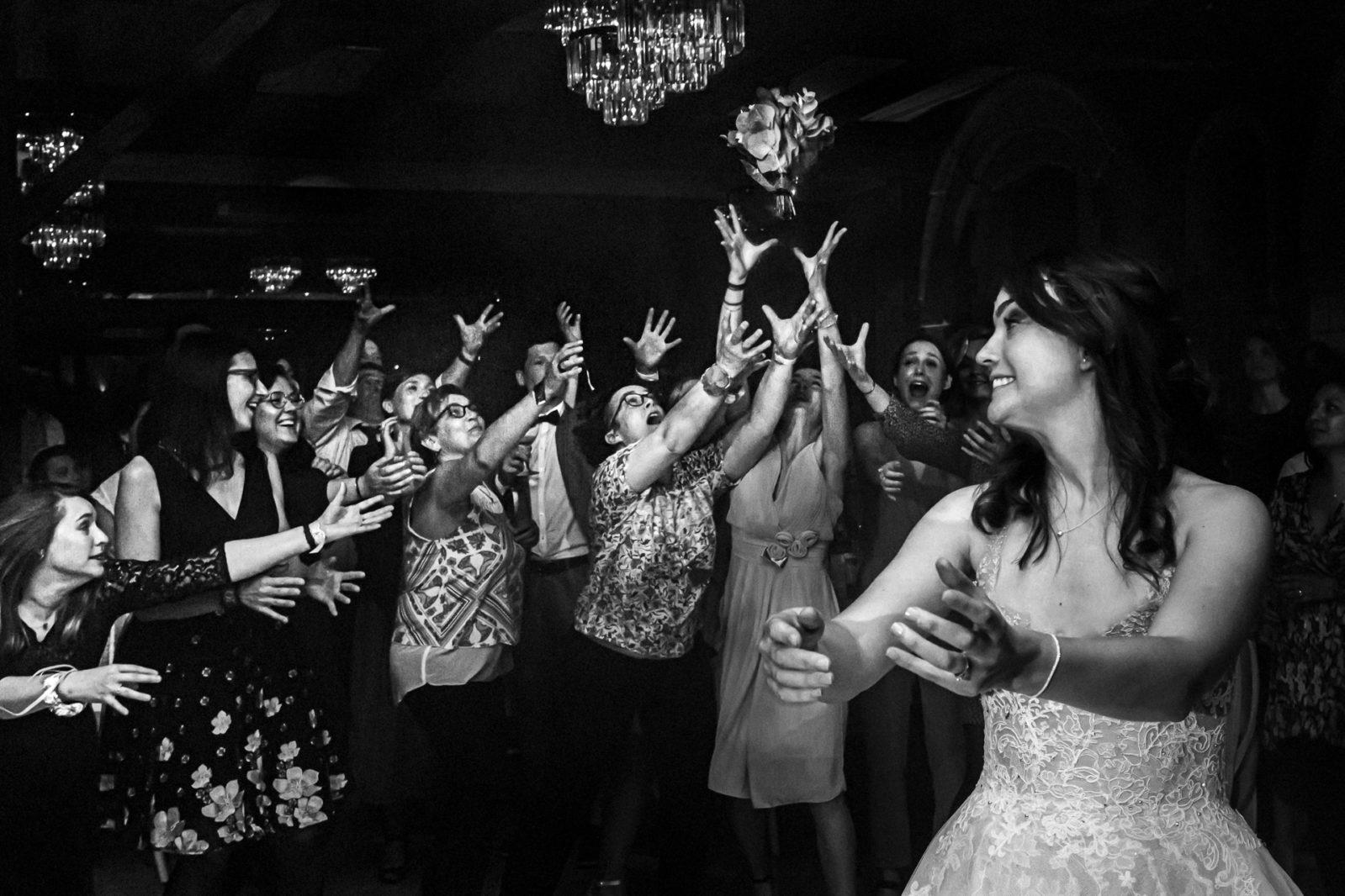 le lancer de bouquet de la mariée - château de Biez (Pecq) - reportage de mariage en Belgique par Ernestine et sa famille, Marine Poron
