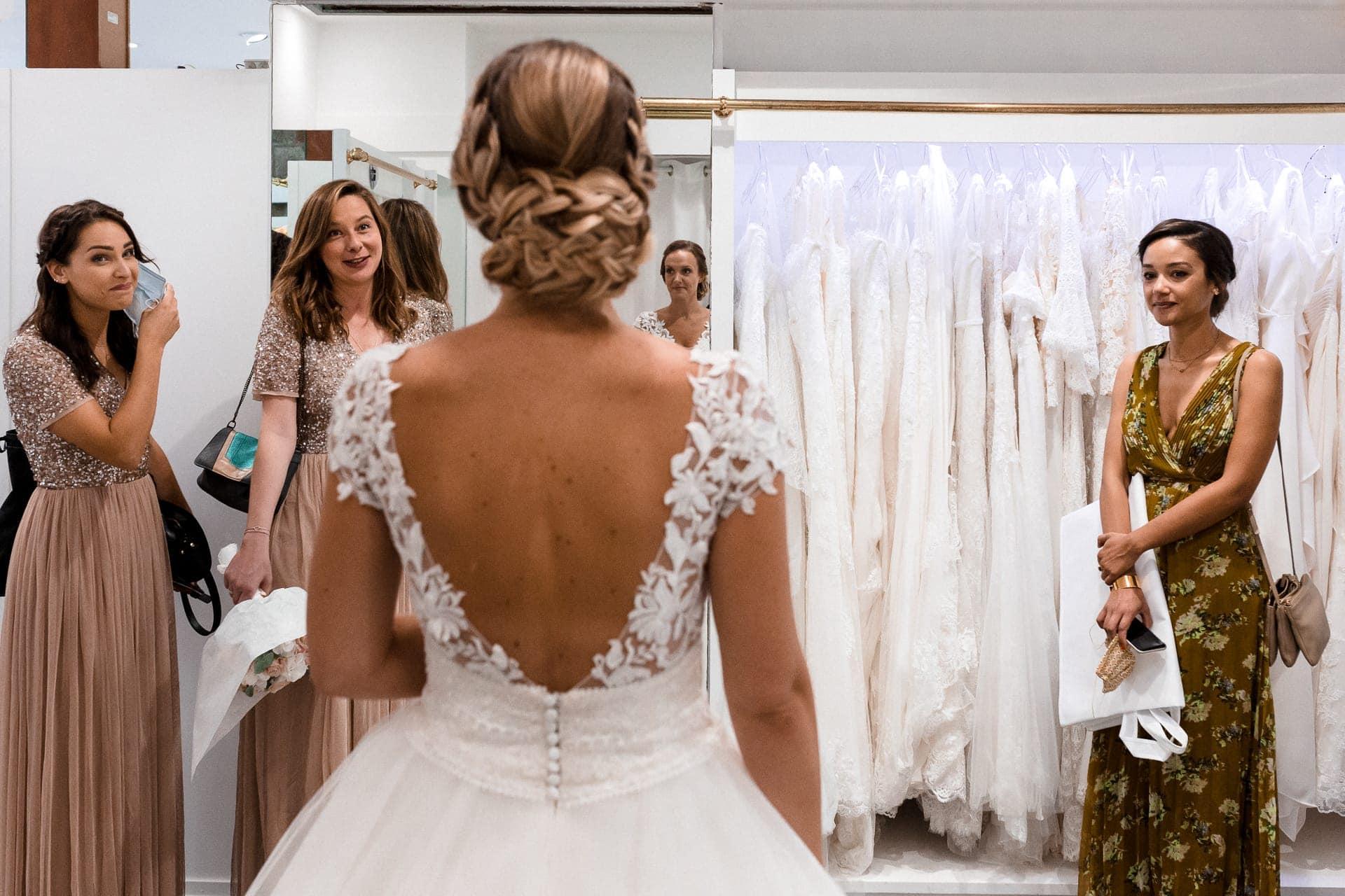 Les témoins découvrent la mariée. Reportage de mariage 2020 covid 19 avec masques par Ernestine et sa famille Marine Poron