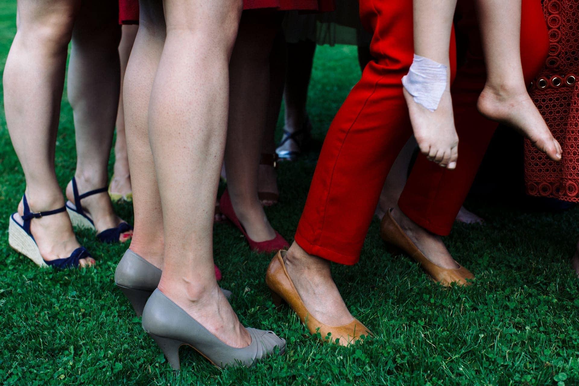 chaussures et pieds dans la pelouse Ernestine et sa famille photographe de mariage à l'approche reportage