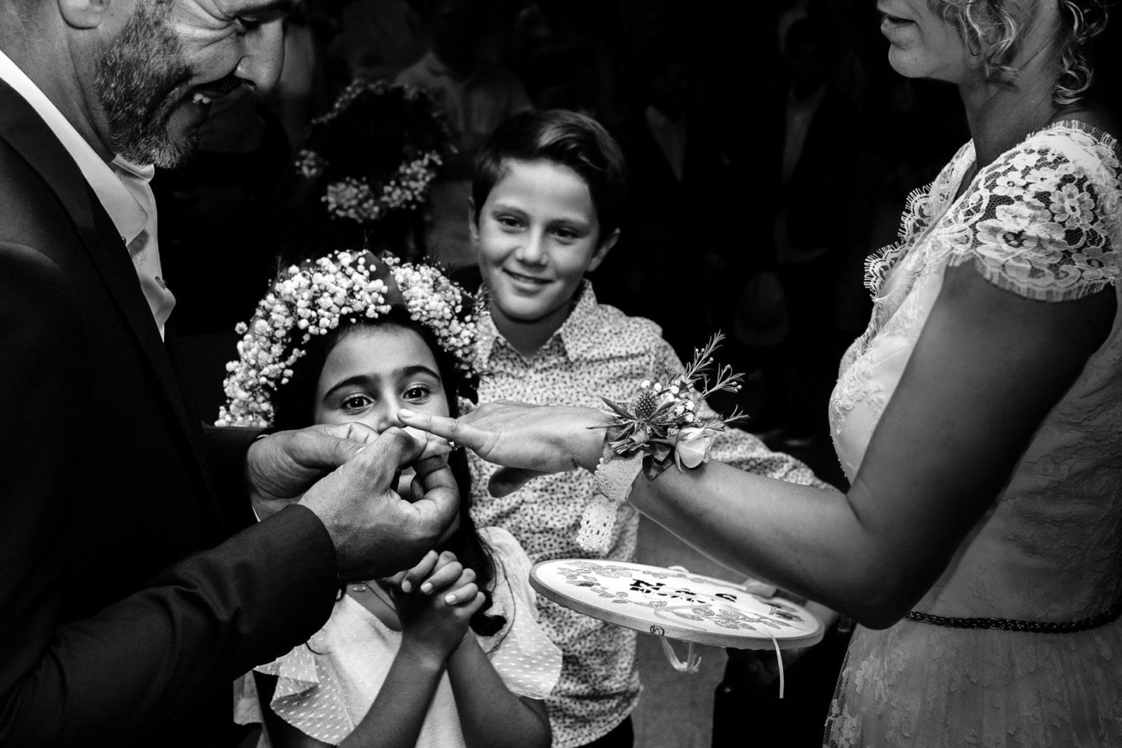 les enfants heureux du mariage de leur parents par Ernestine et sa famille photographe de mariage à l'approche reportage