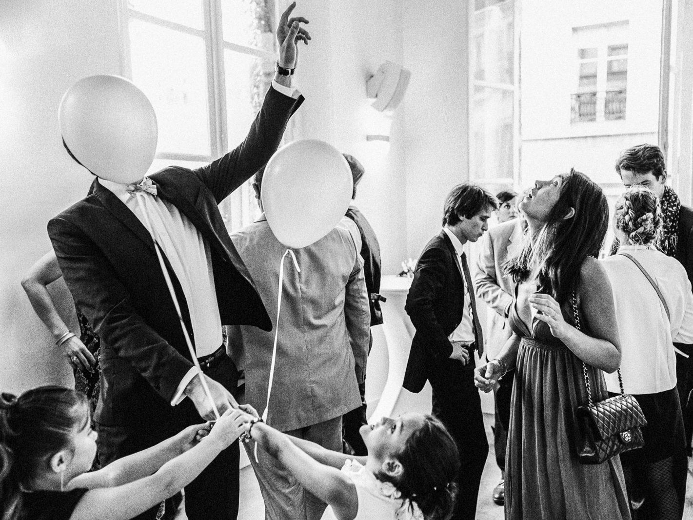 cocktail à la cour du Marais par Ernestine et sa famille photographe de mariage à l'approche reportage