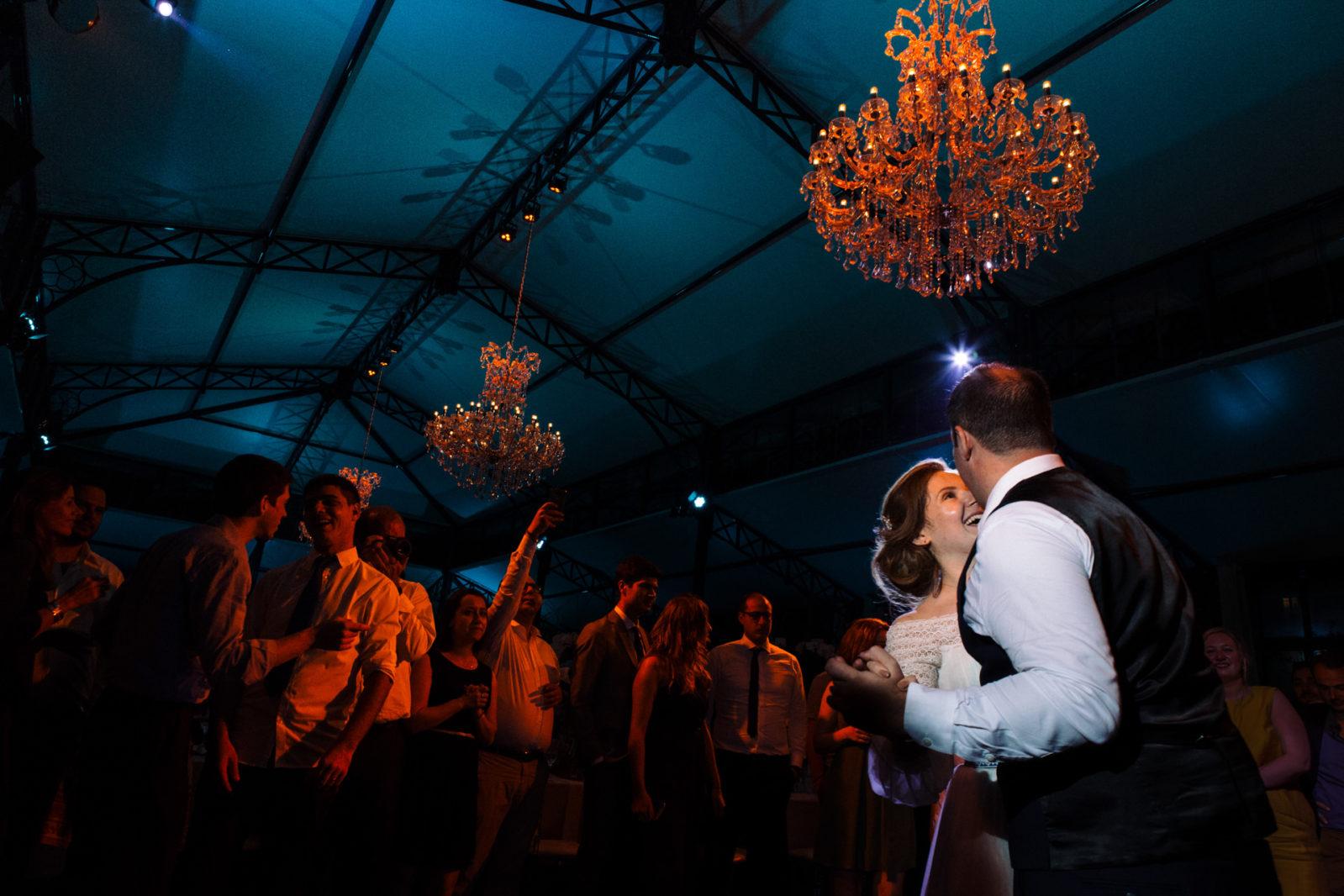 première danse des mariés au Domaine de montchevreuil par Ernestine et sa famille photographe de mariage à l'approche reportage
