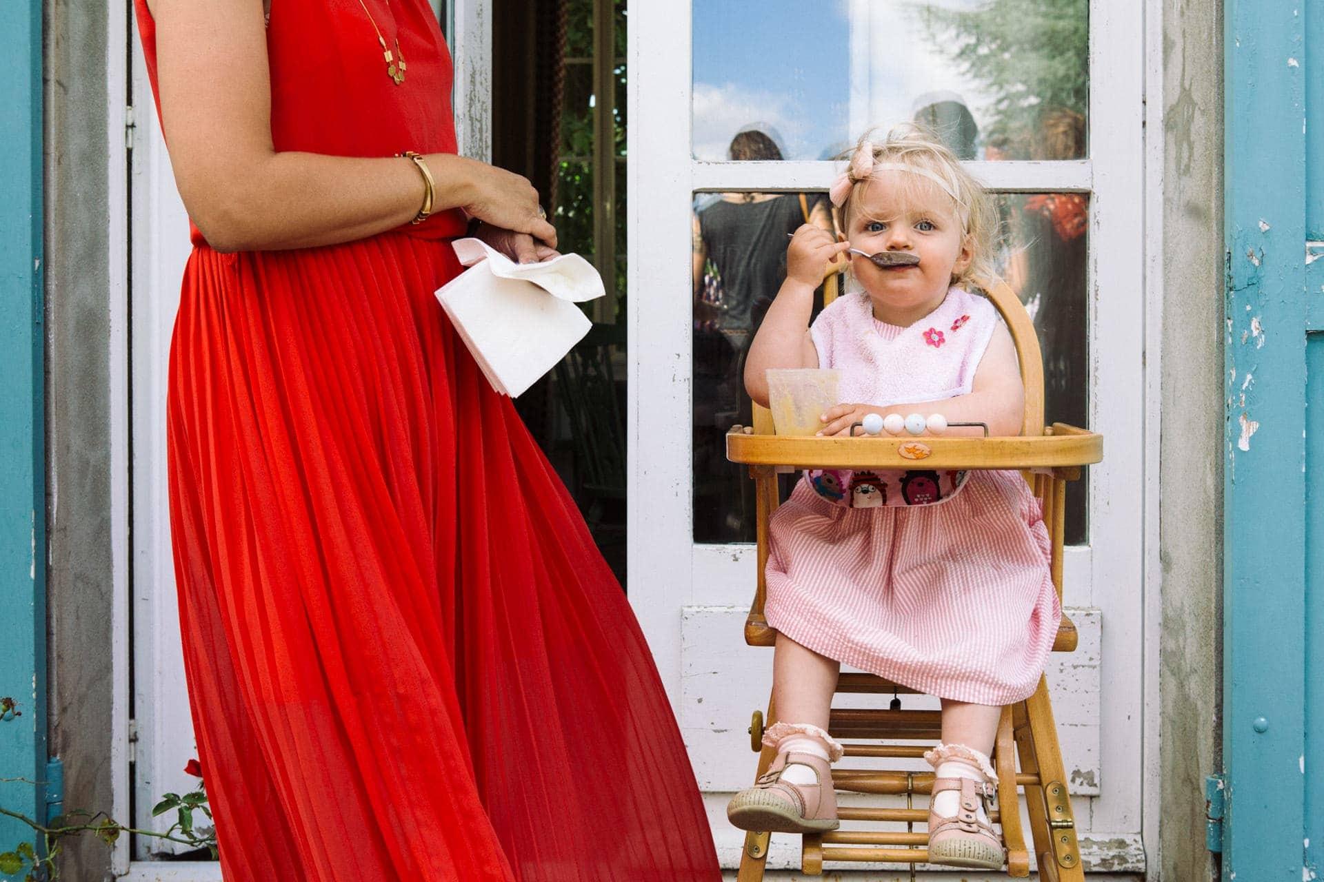 petit fille qui mange Photo des mains des mariés pendant la cérémonie laïque . Ernestine et sa famille photographe de mariage à l'approche reportage