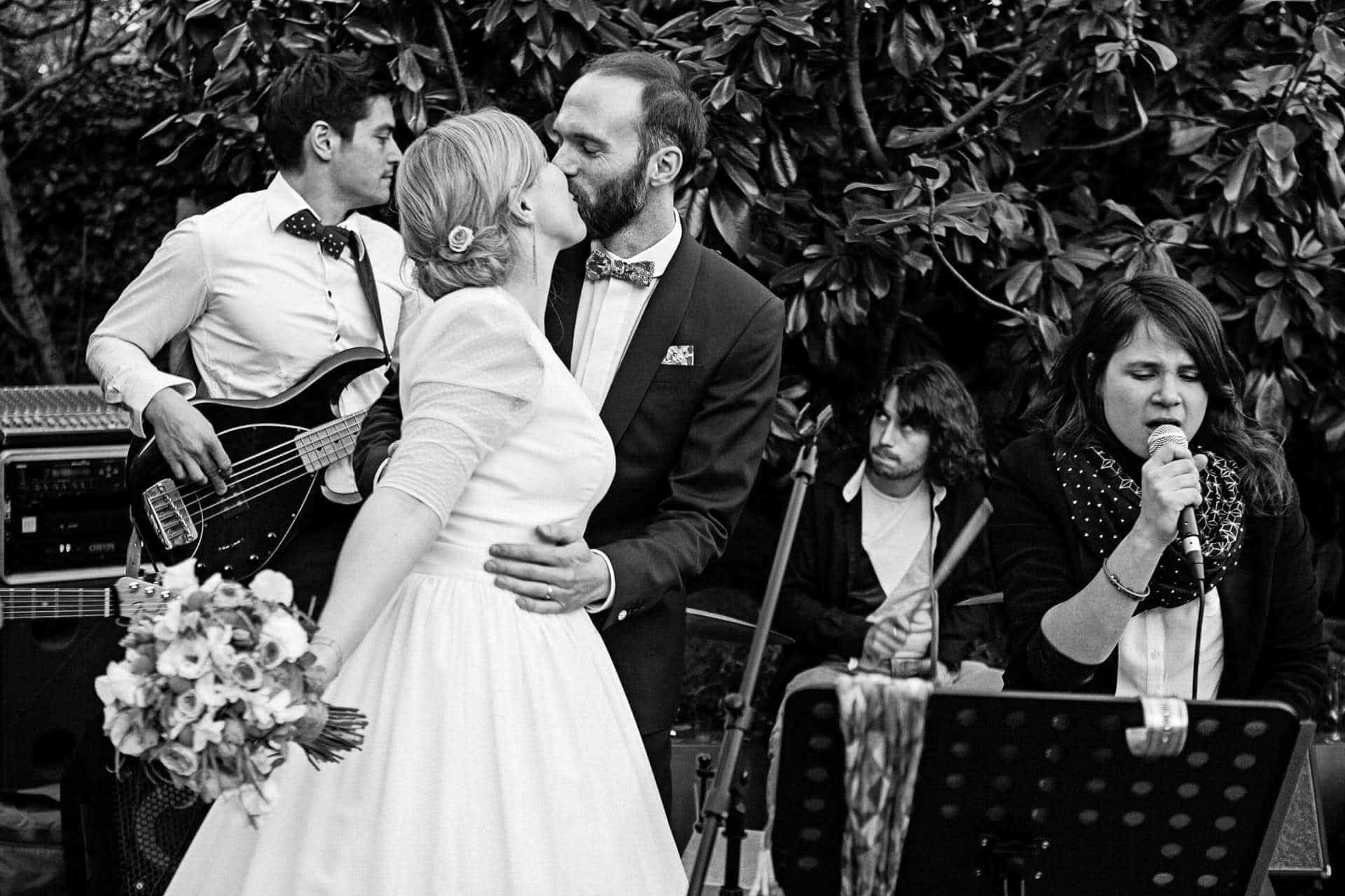 concert avec les mariés au domaine de Quincampoix Ernestine et sa famille photographe de mariage à l'approche reportage